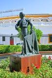 Standbeeld van stierenvechter buiten arena in Sevilla Spanje Stock Fotografie