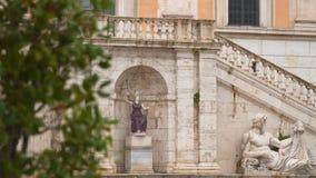 Standbeeld van Tiber en Standbeeld van Minerva stock video