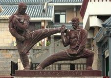 Standbeeld van twee vechters dichtbij Shaolin-tempel Stock Afbeelding