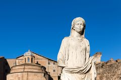 Standbeeld van vestal Virgin in Roman Forum tegen blauwe hemel royalty-vrije stock foto