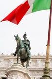 Standbeeld van Victor Emmanuel II met Italiaanse vlag op Piazza Venezia, Rome Royalty-vrije Stock Foto's