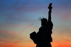 Standbeeld van Vrijheid in de avond stock fotografie