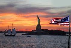 Standbeeld van Vrijheid, de Stad van New York bij zonsondergang stock afbeelding