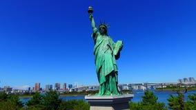 Standbeeld van Vrijheid & de Zonsondergang van de Stad van New York stock footage