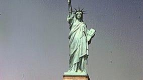 Standbeeld van Vrijheid & de Zonsondergang van de Stad van New York stock videobeelden