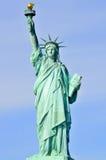 Standbeeld van Vrijheid & de Zonsondergang van de Stad van New York Stock Foto