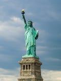 Standbeeld van Vrijheid & de Zonsondergang van de Stad van New York stock fotografie