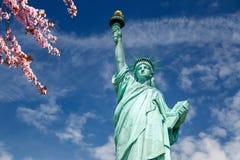 Standbeeld van Vrijheid & de Zonsondergang van de Stad van New York stock foto's