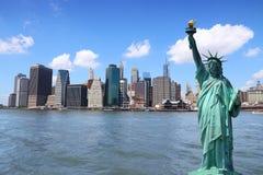 Standbeeld van Vrijheid & de Zonsondergang van de Stad van New York royalty-vrije stock afbeelding