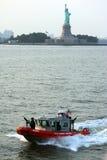 Standbeeld van Vrijheid en boot royalty-vrije stock afbeelding