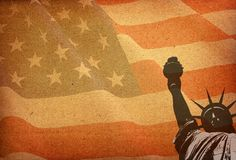 Standbeeld van vrijheid en de vlag van de V.S. Stock Afbeeldingen