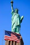 Standbeeld van Vrijheid en de vlag van Verenigde Staten in de Stad van New York stock afbeeldingen