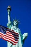 Standbeeld van Vrijheid en de vlag van Verenigde Staten in de Stad van New York royalty-vrije stock fotografie
