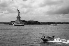 Standbeeld van Vrijheid en Kanonneerboot van de Kustwacht van de V.S. - Zwart-wit Landschapsaspect - royalty-vrije stock foto