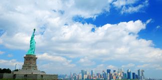 Standbeeld van Vrijheid en New York Royalty-vrije Stock Afbeeldingen