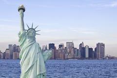 Standbeeld van vrijheid en New York horizon in rug Royalty-vrije Stock Foto