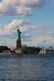 Standbeeld van Vrijheid en Zeilboot stock afbeelding