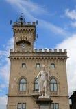 Standbeeld van Vrijheid in het stadsvierkant van enclave van San Marino Stock Fotografie