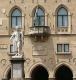 Standbeeld van Vrijheid in het stadsvierkant van enclave van San Marino Stock Foto's