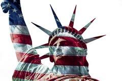 Standbeeld van Vrijheid met de overlappende vlag van de V.S. stock afbeeldingen