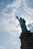 Standbeeld van Vrijheid met ontzagwekkende wolken Stock Foto