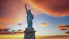 Standbeeld van Vrijheid met oranje hemel op de achtergrond, New York Ci royalty-vrije stock foto's