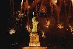 Standbeeld van Vrijheid met vuurwerk royalty-vrije stock foto's