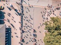 Standbeeld van vrijheid Milda in het centrum van Riga tijdens internationale Lattelecom-marathon royalty-vrije stock foto's