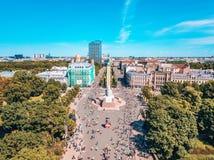 Standbeeld van vrijheid Milda in het centrum van Riga tijdens internationale Lattelecom-marathon stock fotografie