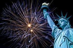 Standbeeld van Vrijheid, nachthemel met vuurwerk, New York stock fotografie