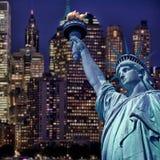 Standbeeld van vrijheid 's nachts, de horizon van New York royalty-vrije stock foto