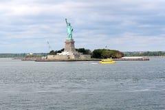 Standbeeld van Vrijheidsbeeldhouwwerk, op Liberty Island in het midden van stock afbeeldingen