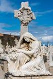 Standbeeld van vrouw het knielen bij graf Royalty-vrije Stock Fotografie