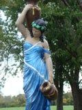Standbeeld van vrouwen dragend water Stock Foto