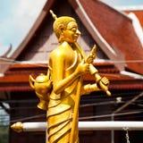 Standbeeld van wandelende monnik in Thailand, Phuket Stock Foto's