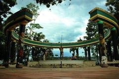 Standbeeld van Waorani-wildernisstam in het centrum van Tena het kapitaal van Napo in Ecuador royalty-vrije stock foto's