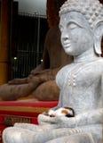 Standbeeld van witte gezette Boedha van de kant royalty-vrije stock foto's