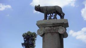 Standbeeld van zij-wolf op Capitoline-heuvel Stichters van de stad van Rome - Romulus en Remus - zuigelings zij-wolf stock videobeelden