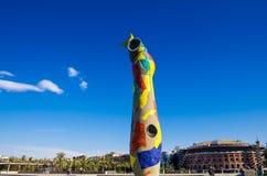 Standbeeld` Vrouw en Vogel ` Dona i Ocell, in Catalaan, door J wordt gecreeerd dat Royalty-vrije Stock Afbeelding