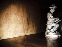 Standbeeld in zwartheid, theaterscène Stock Afbeelding