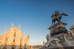 Standbeelddi Vittorio Emanuele II, Duomo-de kathedraal van Di Milaan op Pia stock afbeeldingen