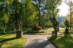 Standbeelden in Autumn Park Het middeleeuwse kasteel van Konopit Tsjechische Republiek Stock Afbeelding