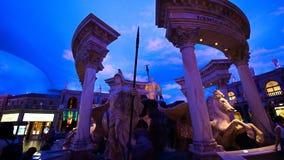 Standbeelden bij de Forumwinkels van Caesars Palace met kunstmatige hemel en verlichtingsgevolgen stock foto's
