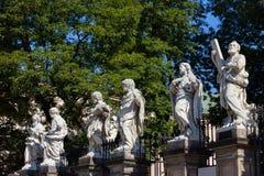 Standbeelden bij Kerk van de Apostelen in Krakau stock foto's