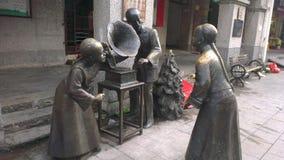 Standbeelden bij oude straat Royalty-vrije Stock Foto