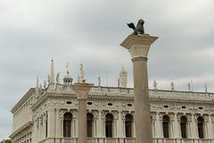 Standbeelden bovenop St Tekensvierkant in Venetië, Italië Royalty-vrije Stock Afbeeldingen