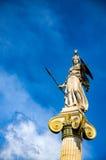 Standbeelden de godin Athena bij de ingang van de Academie van Athene stock fotografie