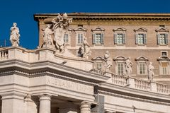 Standbeelden die het Vierkant van Sant Peter in de Stad Rome Ita omringen van Vatikaan Stock Foto