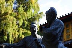 Standbeelden in een vierkant van Lijiang, Yunnan, China royalty-vrije stock fotografie