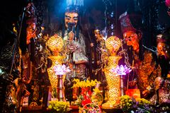 Standbeelden en kaarsen in geheimzinnige Jade Emperor Pagoda, Ho Chi Minh City, Vietnam stock fotografie
